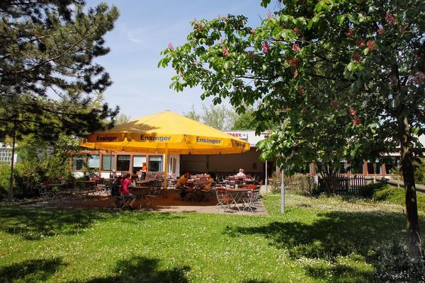Restaurant Sportpark: Der Biergarten mit Blick aufs Naherholungsgebiet