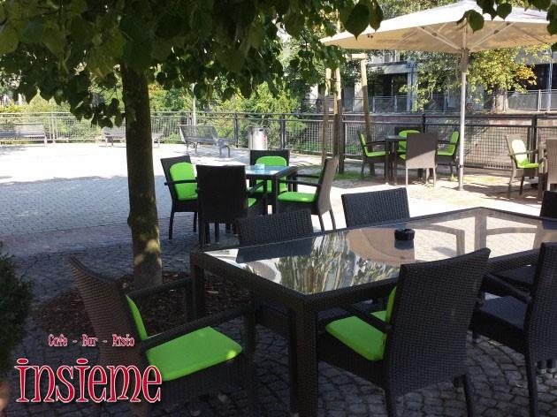 Café Bar Insieme: Mit Freunden unter einem Baum und Blick auf den Fluß!