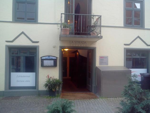Pizzeria La Strada: Hier gehts hinein und dann hinauf!