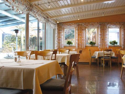 """Landhotel und Landgaststätte  """"Zur Pfanne"""": Im lichtdurchfluteten Restaurantbereich lässt es sich gut Speisen"""