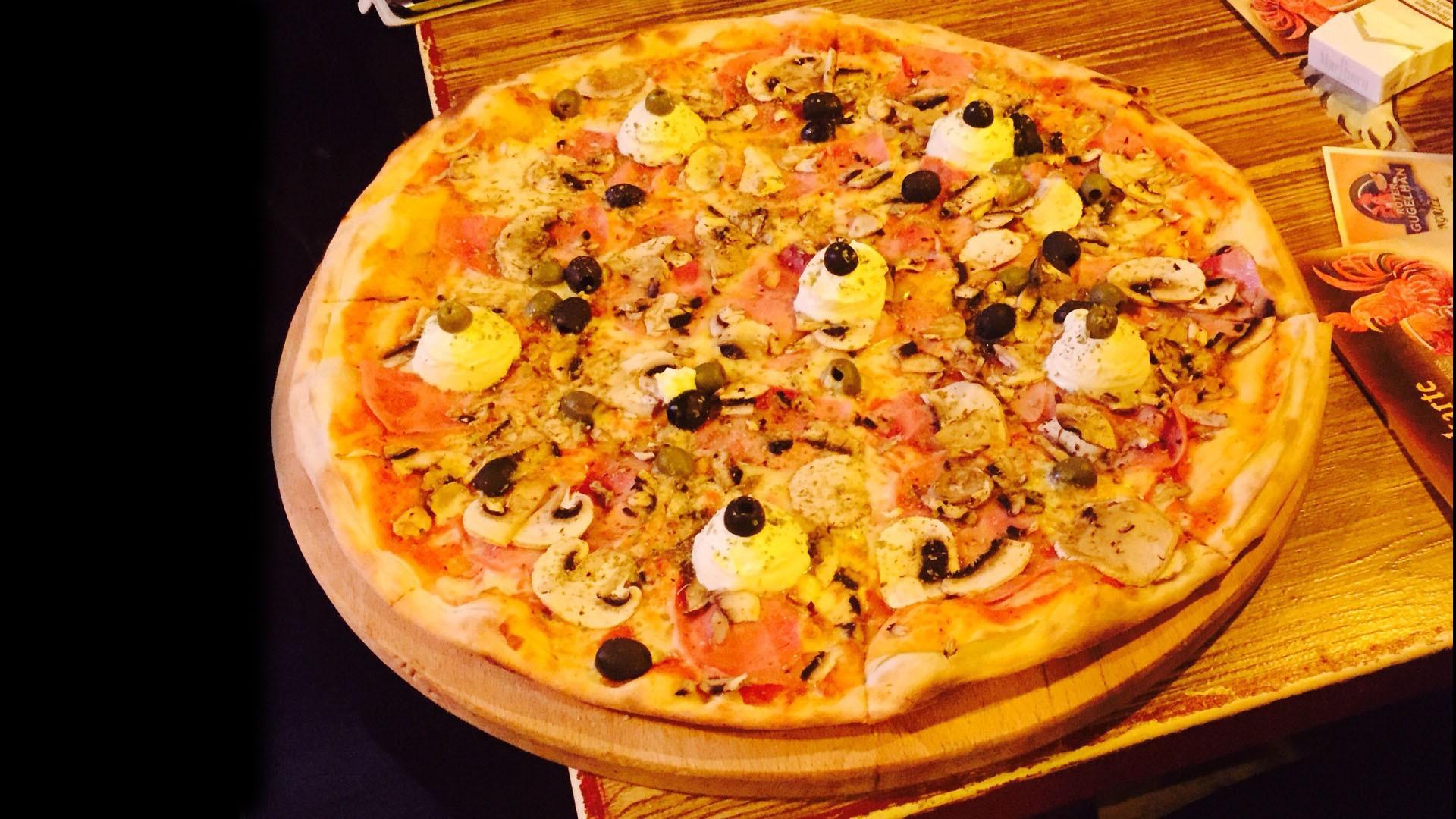 Leckere Pizza nach Originalrezept - aus dem Holzofen - in der Pizzeria Roter Gugelhan