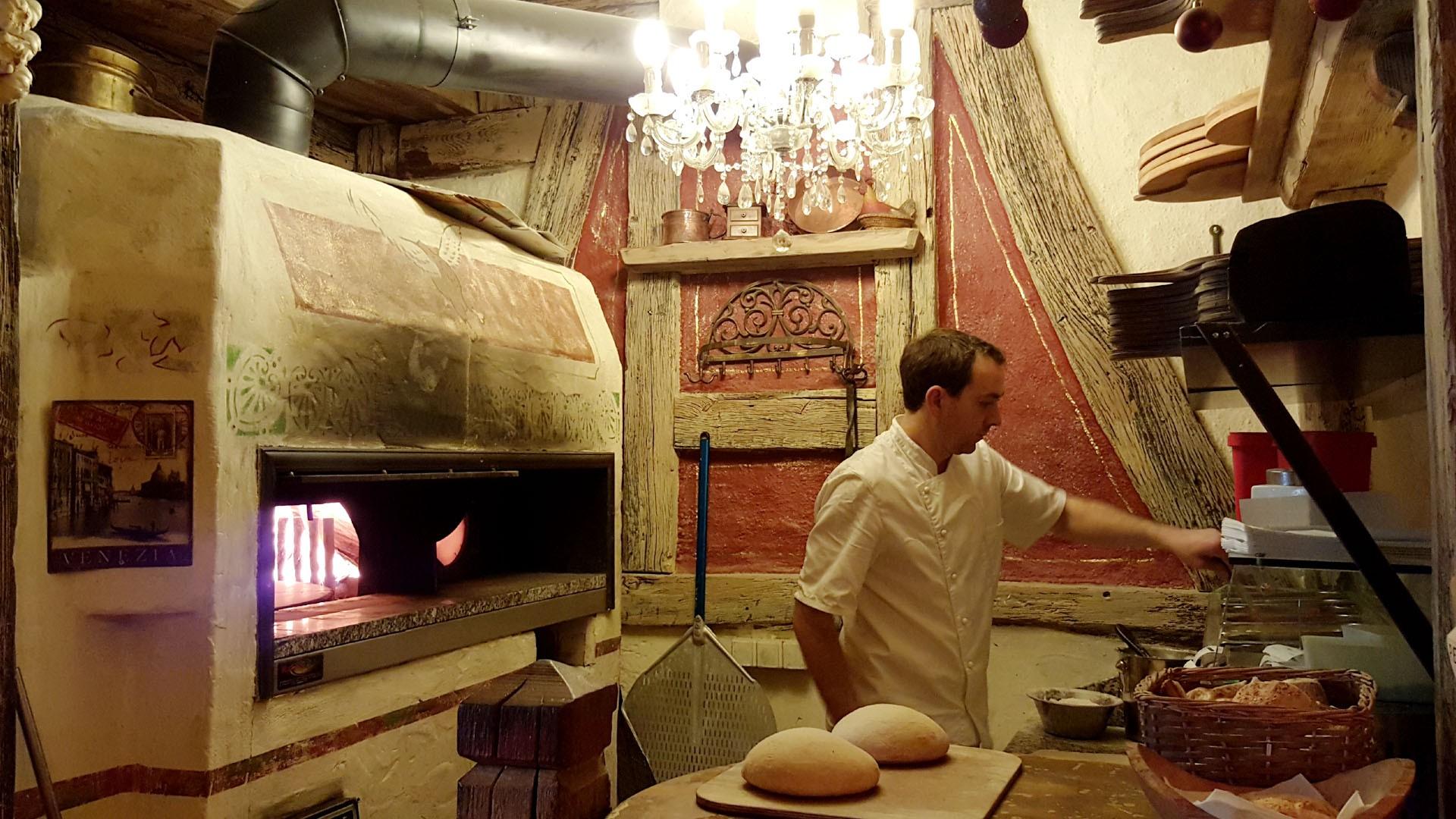 Der einzige Holzofen in Konstanz KN - Pizzeria - Pizza-Restaurant Roter Gugelhan