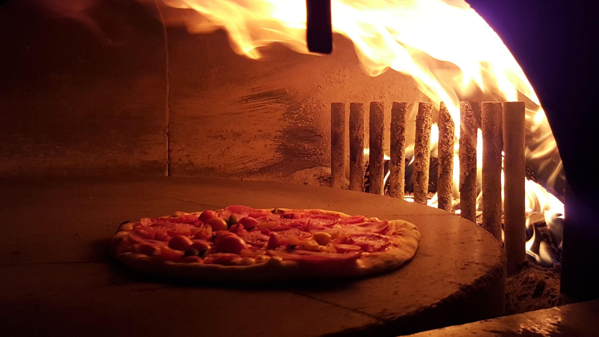 Pizza und Flammkuchen in unserem echten Holzofen  Pizzeria Roter Gugelhan