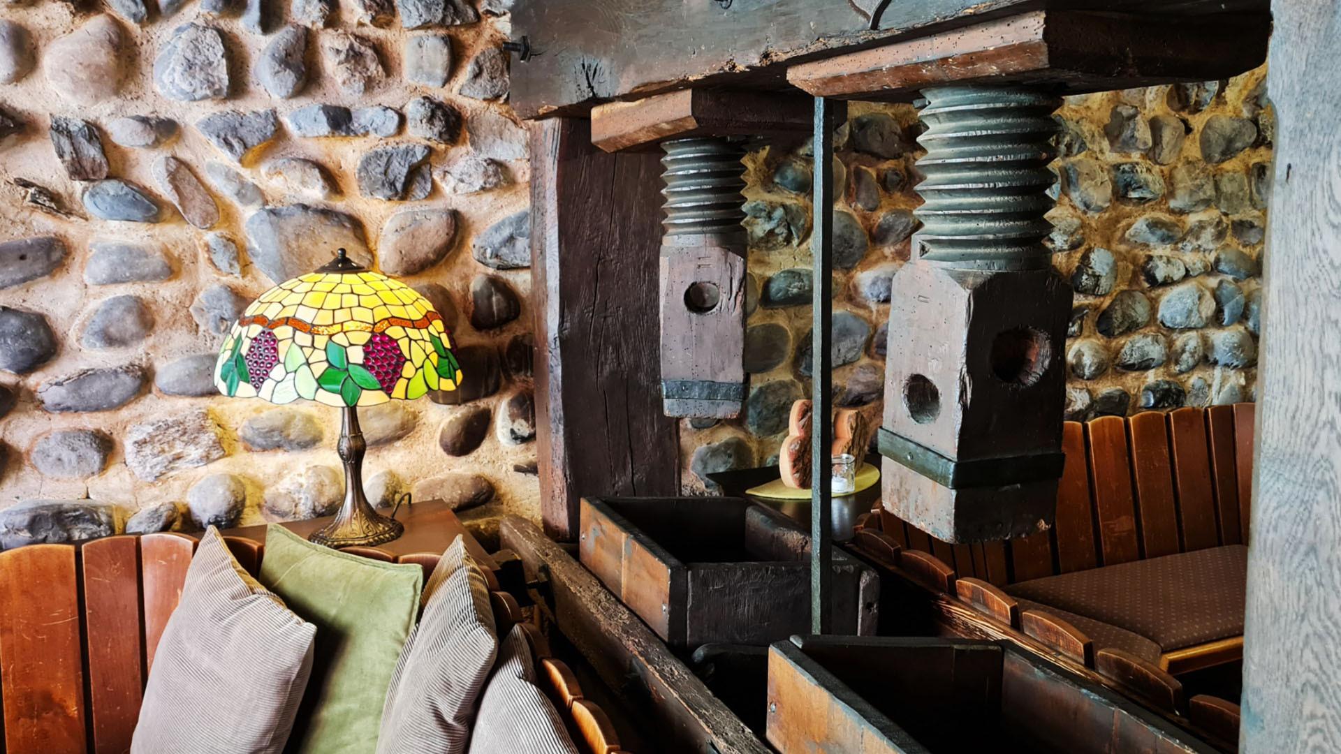 Alte Traditionelle Weinpresse als Raumteiler