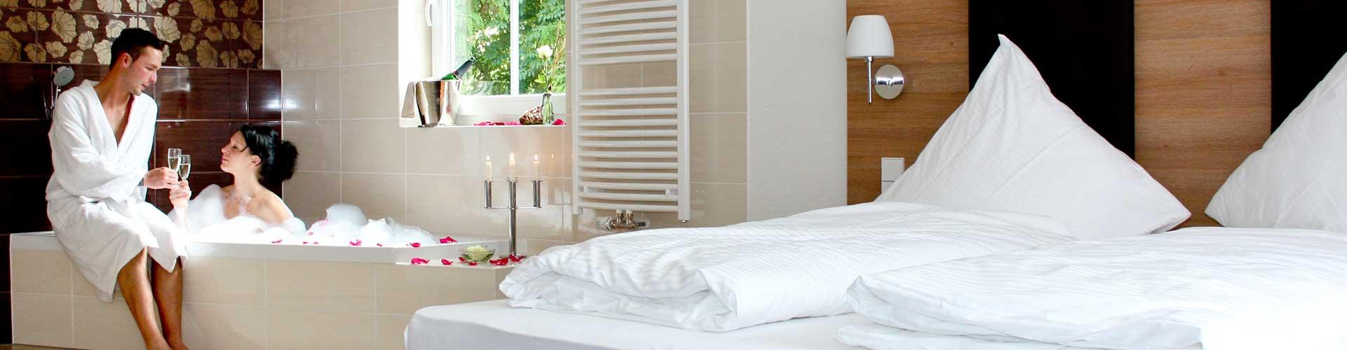 Superior-Doppelbett-Zimmer mit großer Badewanne.