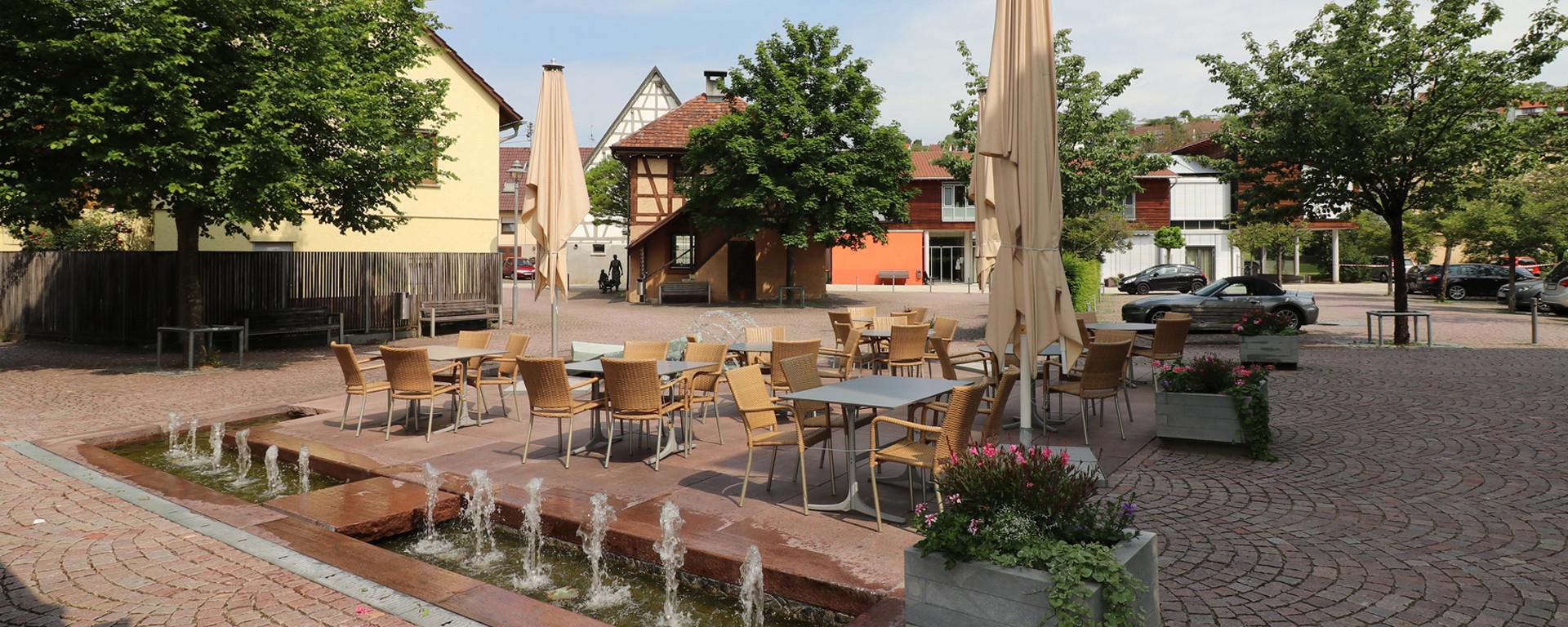 Terrasse - und Biergarten auf dem Weissacher Marktplatz laden zum Verweilen ein: Kaffee und feiner Kuchen, ein kühles Feierabend-Bier oder lassen Sie den Tag bis in die lauwarme Nacht hinein hier ausklingen.
