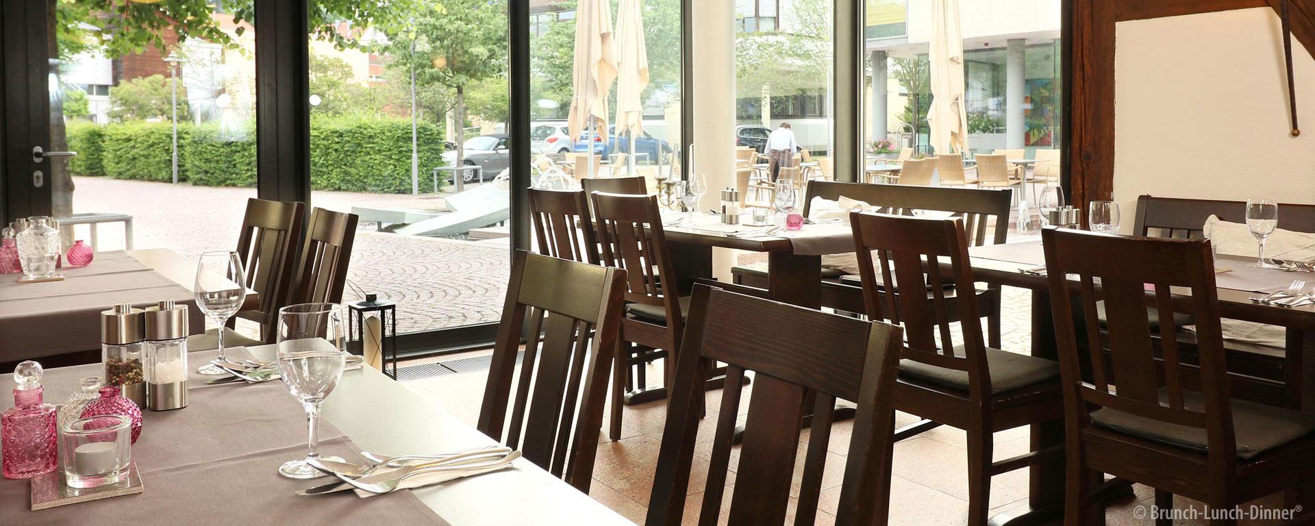 Die Gaststube des Ratsstuben Weissach bietet Gemütlichkeit mit viel Tages-Licht bei luftigem Raum. Genießen Sie den Ausblick auf den Brunnen auf dem Marktplatz.