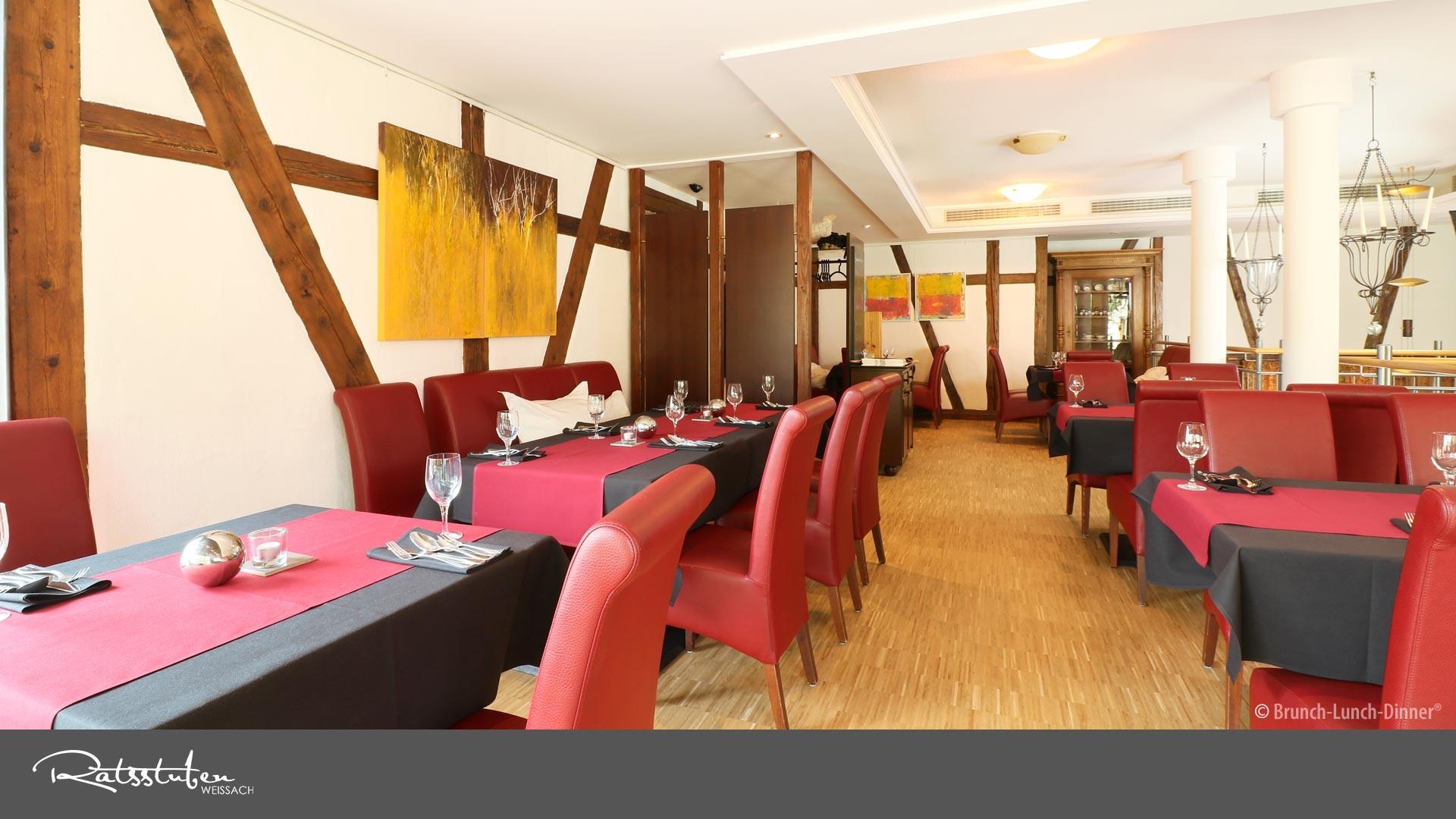 Ratsstuben Weissach: Ein offener Gastraum mit Empore und vielen gemütlichen Nischen laden zum Verweilen ein!