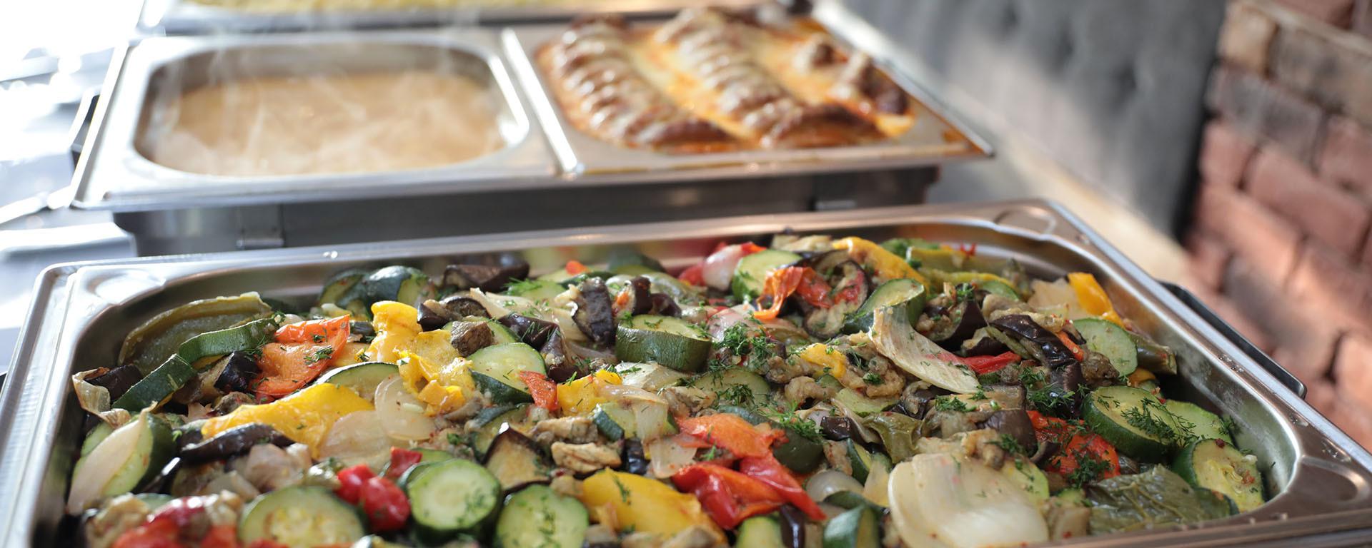 Feiern Sie entspannt: Unsere Küche und unser Service-Team kümmert sich um Ihre Gäste und verwöhnt sie!