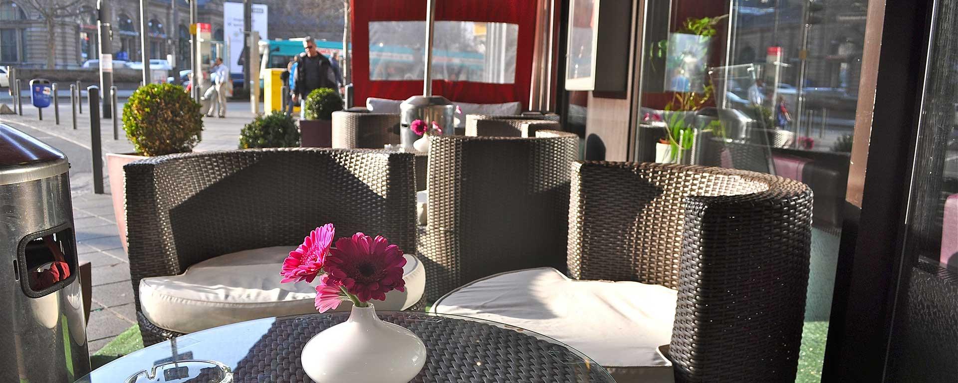 SAVOY Hotel-Bar Aussenbereich - unser kleines Straßencafé
