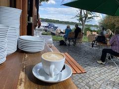 Cappuccino am Wasser