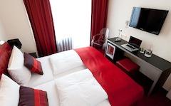 Einzelzimmer im Hotel Esplande in Köln mit kostenlosem W-LAN einer Minibar und einem Arbeitsbereich.