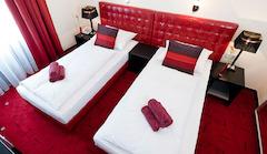 Doppelzimmer im Hotel Esplanade in Köln mit einem Flatscreen-TV, kostenlosem W-LAN und einer Minibar.