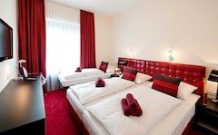 Dreibettzimmer im Hotel Esplanade in Köln, mit kostenlosem W-LAN, Flatscreen-TV, Minibar, Telefon und einem Arbeitsbereich.