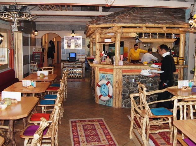 Georg's Fischerhütte Fischrestaurant: Ein charmantes, etwas eigenwilliges Fischrestaurant nahe KN